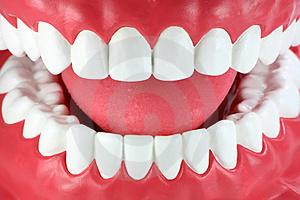 close-up-de-uma-boca-com-os-dentes-brancos-limpos-thumb3665318
